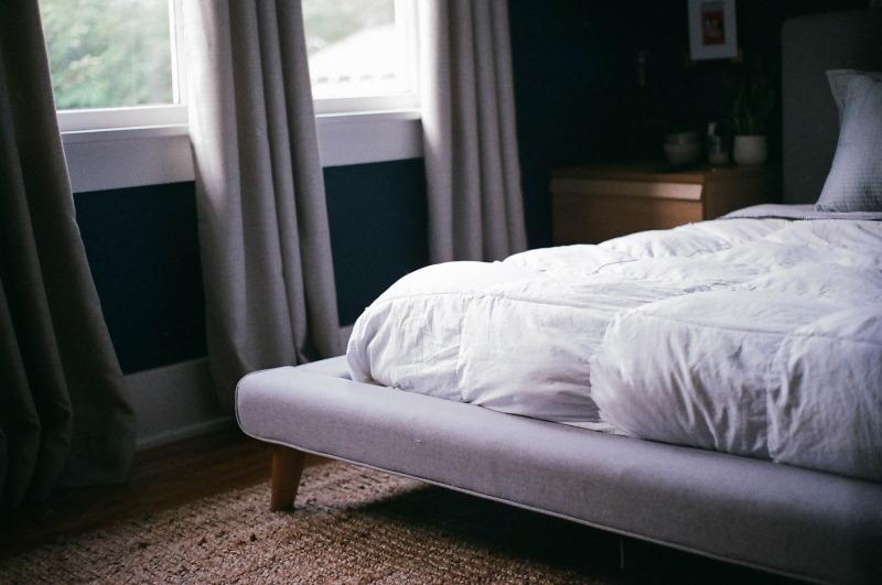 κρεβάτι με σκεπάσματα