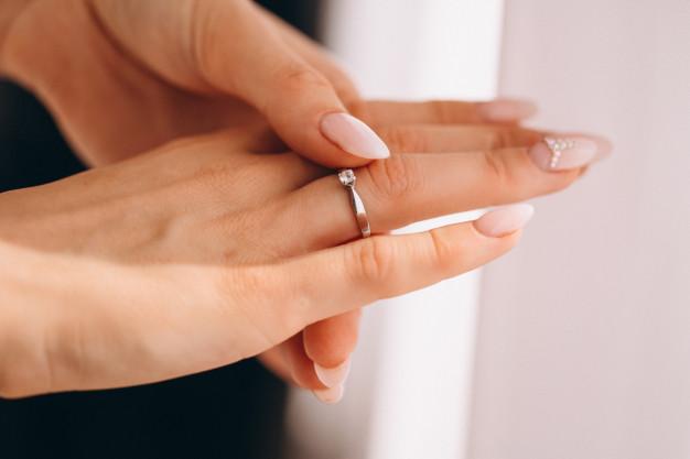 Δαχτυλίδι επάνω σε γυναικεία χέρι