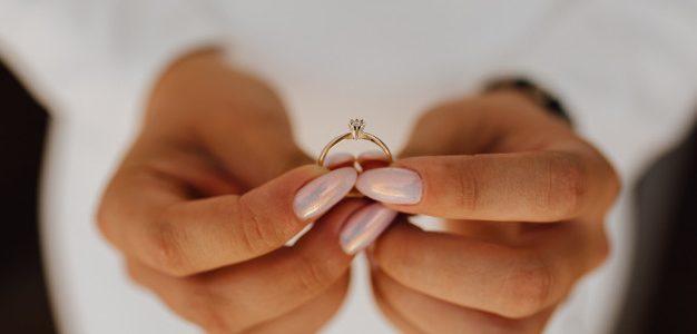 Γυναίκα κρατά δαχτυλίδι