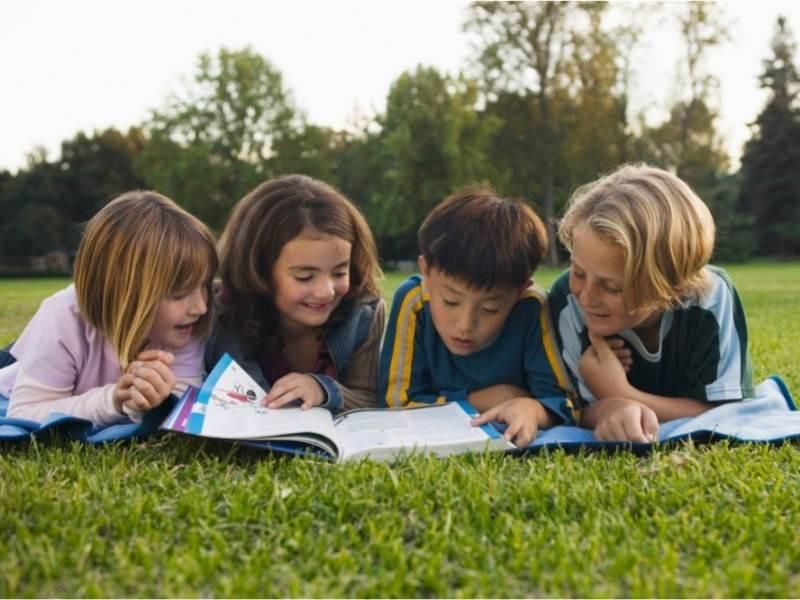 Παιδιά διαβάζουν μαζί παιδικό βιβλίο