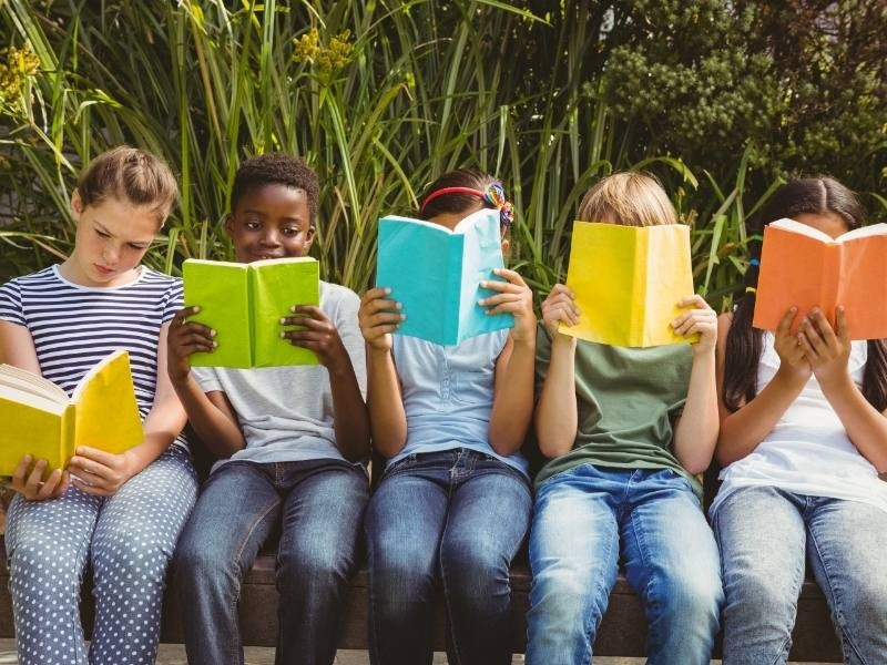 Παιδιά διαβάζουν παιδικά βιβλία