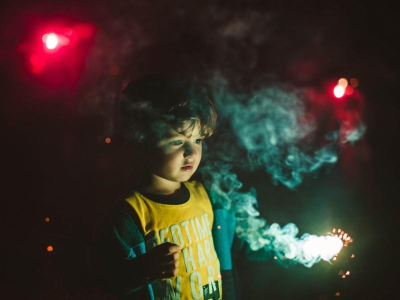 Παιδί κρατάει παιδικό πυροτέχνημα